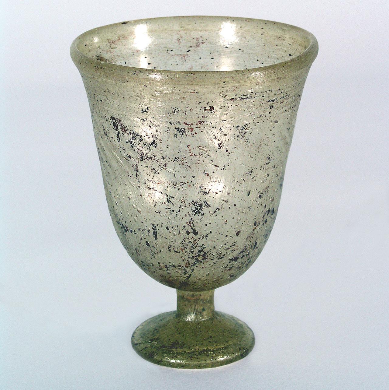 Stengelglas-aus-dem-6Jh-nChr-©-Museen-der-Stadt-Regensburg-Foto-Michael-Preischl