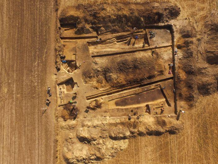 Luftbildaufnahme des Grabkomplexes in Polen. Die Überreste der Gräber und der Umzäunung sind anhand ihrer dunklen Einfärbung zu erkennen.