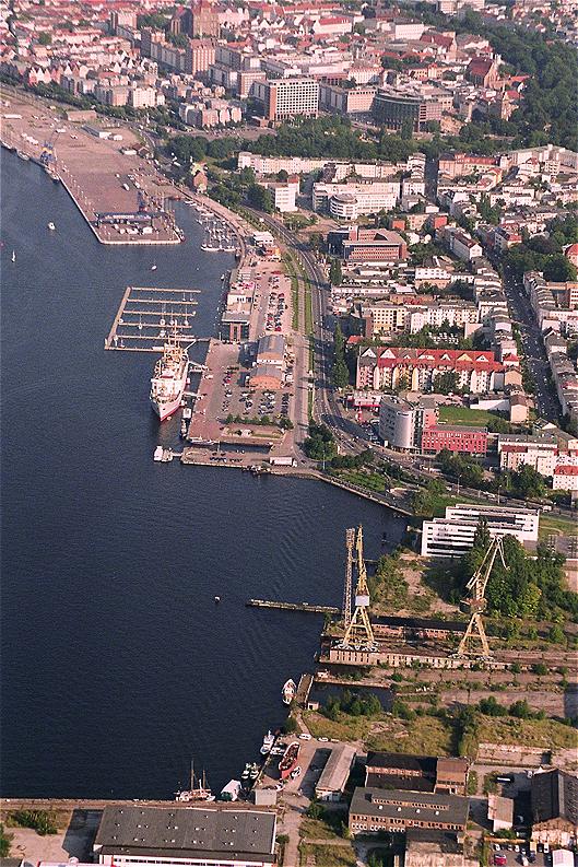 Luftbildaufnahme des Rostocker Stadthafens und der Innenstadt. Im Bereich des Christinenhafens wird sich der Standort des Archäologischen Landesmuseums befinden.