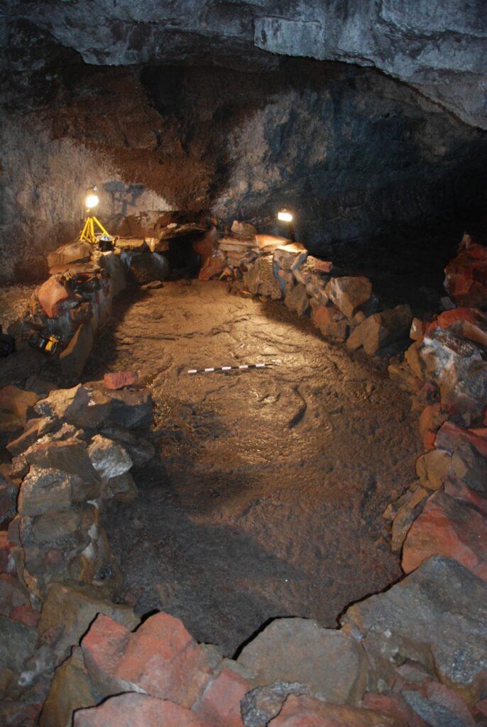 Kultplatz in Wikinger Höhle mit Steinsetzung in Form eines Bootes.