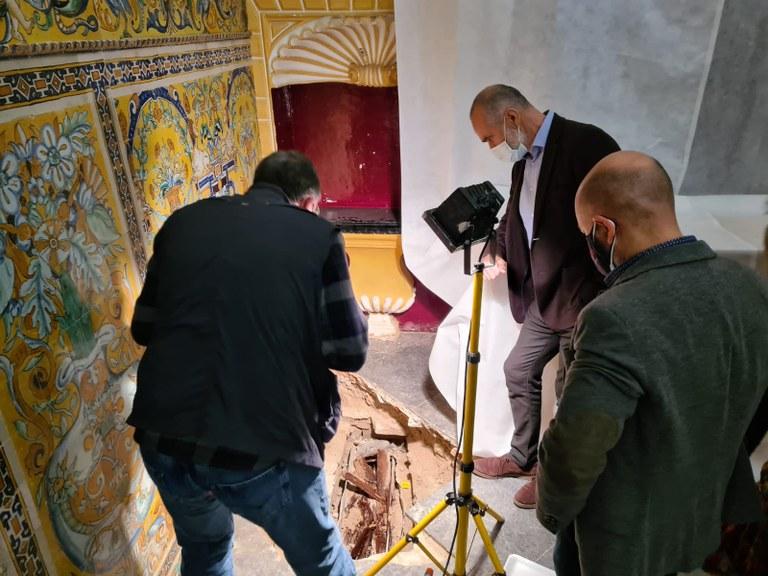 Arbeiten in wahrscheinlich Krypta des gotischen Palasts in Sevilla. Hier wurde der Sarkophag des Mädchens gefunden.