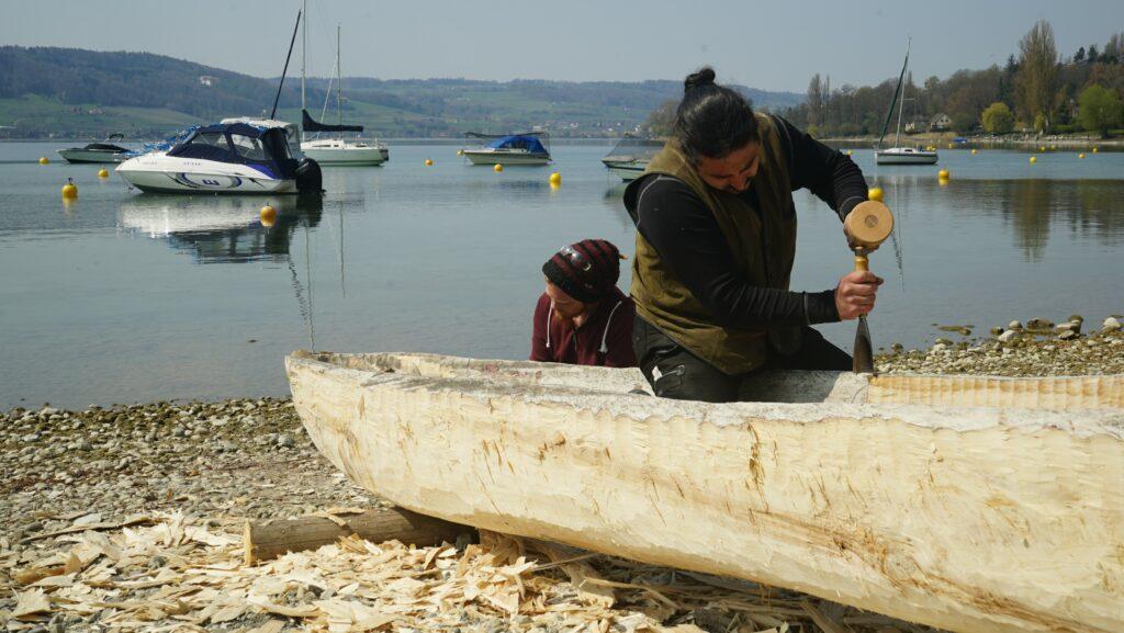 """Die umfangreiche """"Handarbeit"""" bei der Herstellung der Wasserfahrzeuge der Steinzeit ist heutzutage auch für erfahrene Handwerker nicht ganz einfach."""