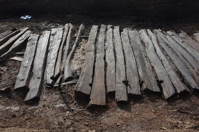 Der Bohlenweg Pr 6, wo der Schuh gefunden worden ist, wurde um 46 v. Chr. durch das Moor gebaut