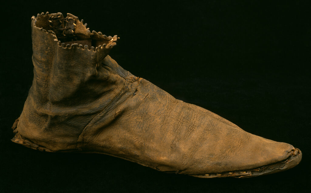 Spitze Schuhe wie dieser Schnabelschuh aus dem Spätmittelalter lösten Fußballenentzündungen aus.