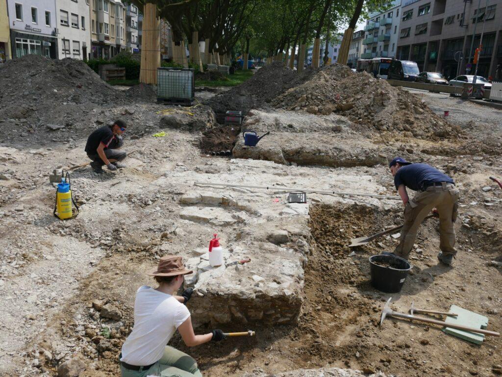 Grabungsmitarbeiter legen die Stadtmauer frei. Blick von Norden. Foto: EggensteinExca/R. Gündchen