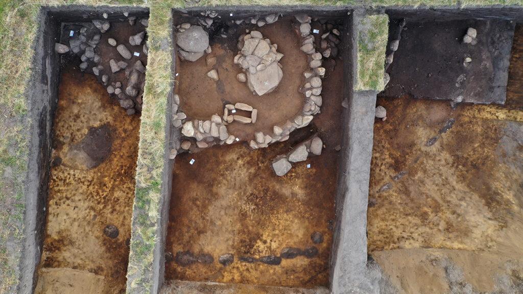 Ein Blick auf den Grabhügel auf Amrum aus der Vogelperspektive.