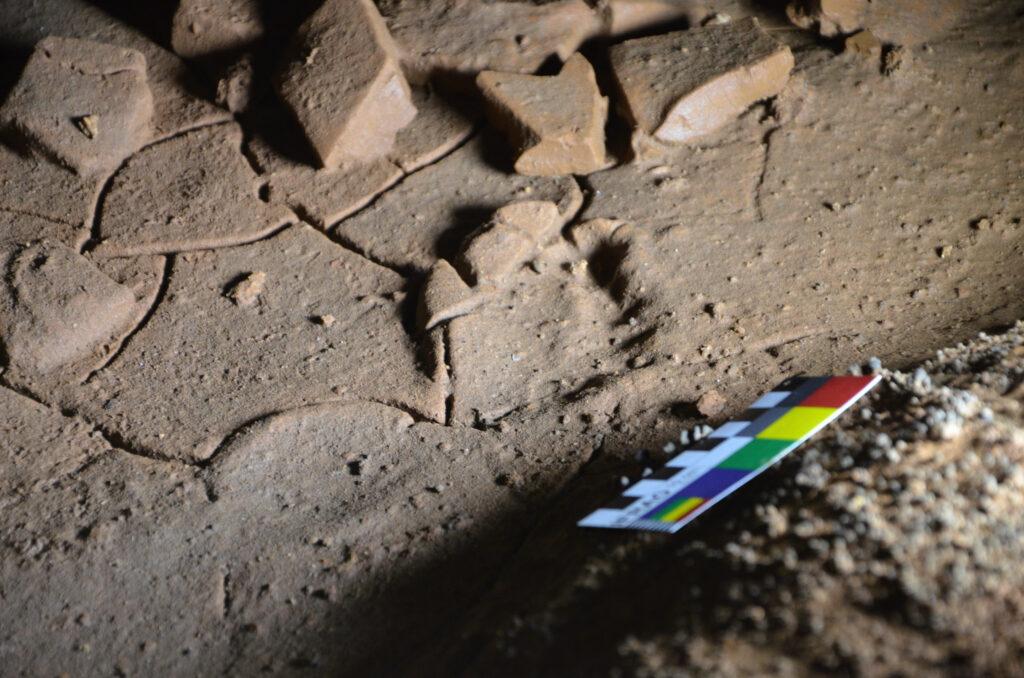 Fußabdrücke in der Höhle