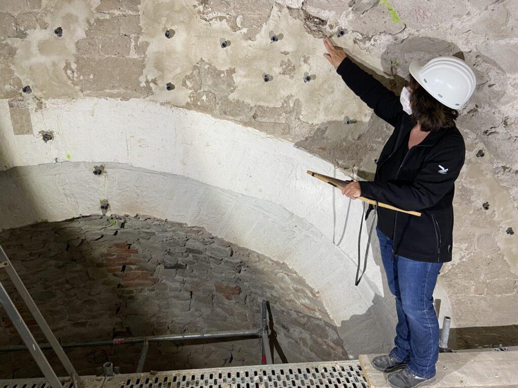 Dr. Ulrike Heckner dokumentiert und erläutert die eingemauerten Holzreste im Gewölbe von St. Pantaleon (Foto: LVR-ADR, Fabian Kröning)