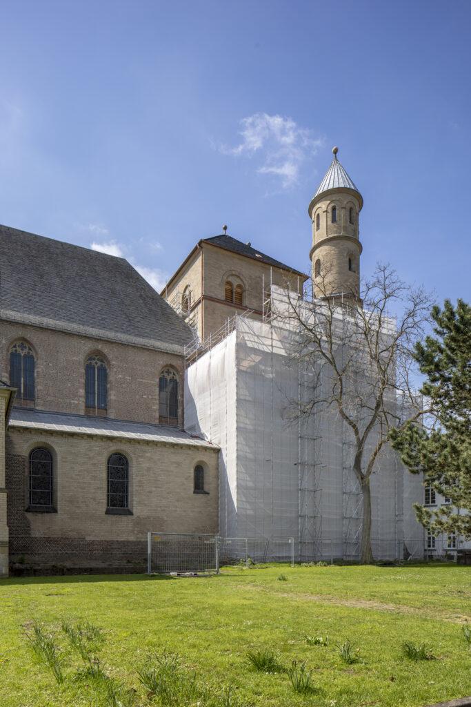 Der eingerüstete Westbau von St. Pantaleon während der aktuellen Sanierungsarbeiten, Ansicht von Norden (Foto: LVR-ADR: Silvia Margrit Wolf)