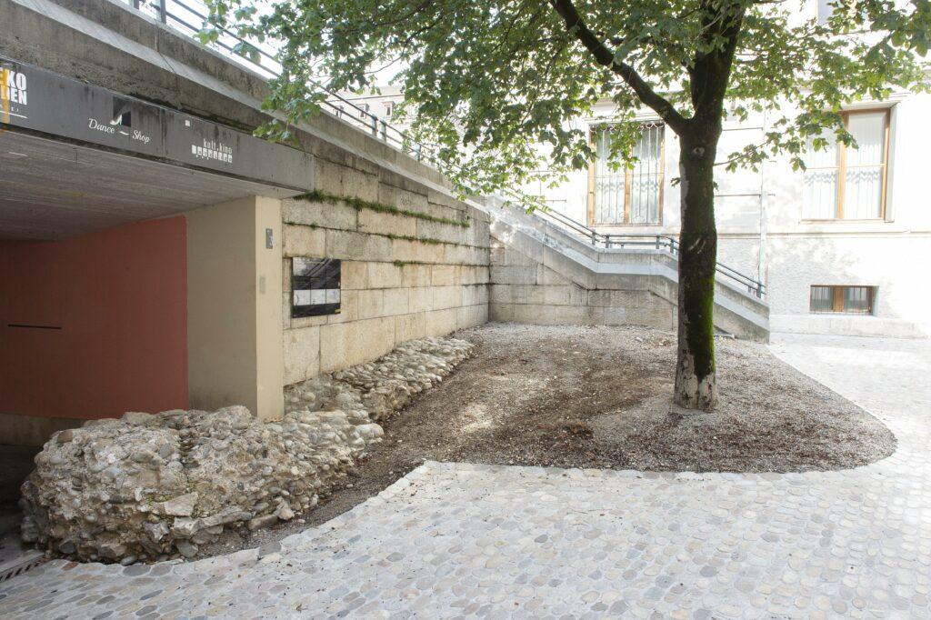 Die zweite Informationsstelle befindet sich bei der Theater-Passage. Die Mauer dieser Passage ist auf den Fundamenten der alten Stadtmauer errichtet, die freigelegt wurde. An der modernen Mauer befindet sich die Informationstafel.