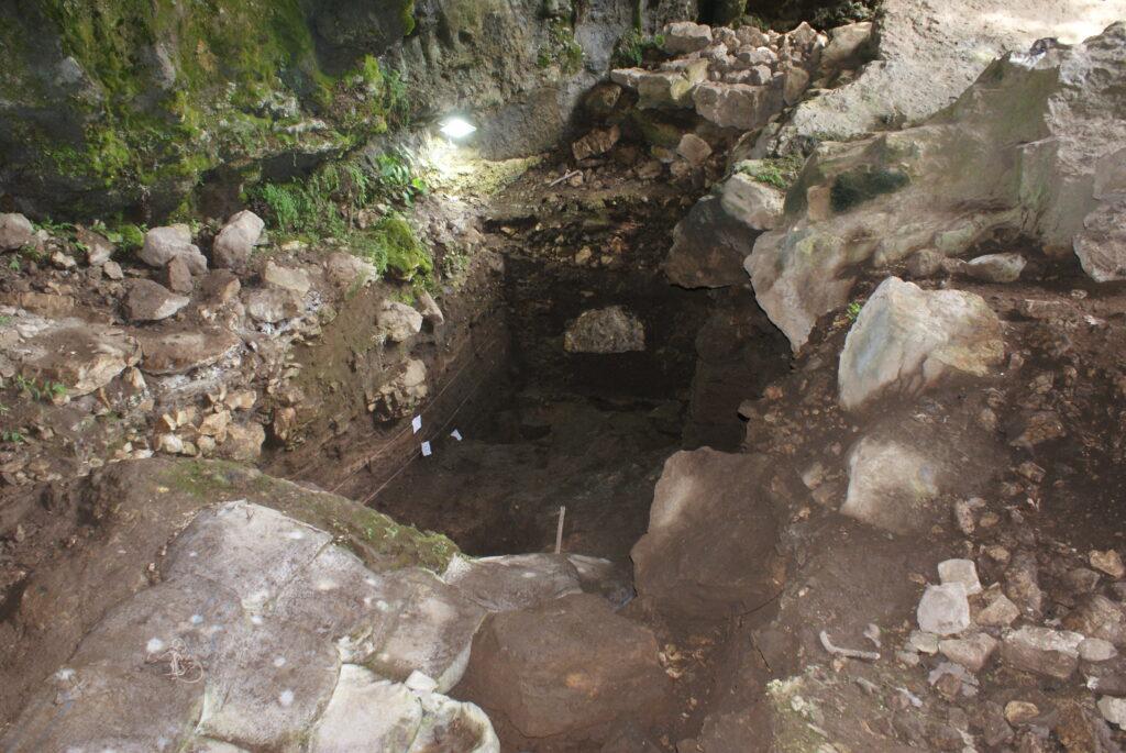 Abschnitt B der Höhle, wo die Probe gesammelt wurde. Das Foto wurde während der Ausgrabungen 2017 in der Satsurblia-Höhle aufgenommen (© Anna Belfer-Cohen)