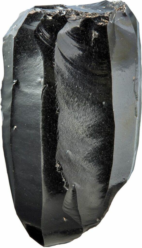 Ein längliches Artefakt aus schwarzem Obsidian.