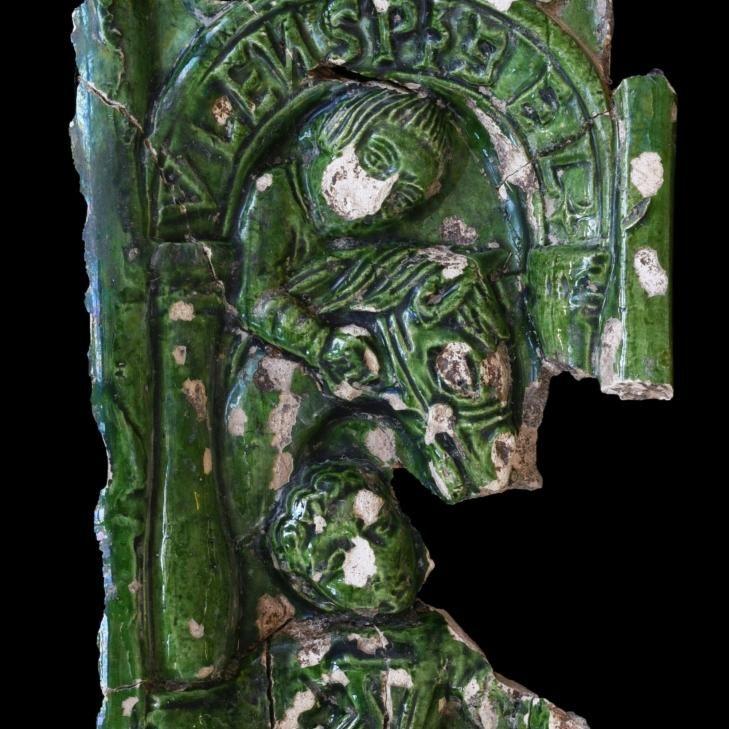 Grün glasierte Ofenkachel mit Eulenspiegel-Darstellung (© Landesamt für Denkmalpflege und Archäologie Sachsen-Anhalt, Vera Keil)