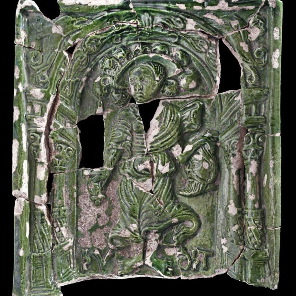 Grün glasierte Ofenkachel: Judith mit dem Haupt des Holofernes (© Landesamt für Denkmalpflege und Archäologie Sachsen-Anhalt, Andrea Hörentrup)