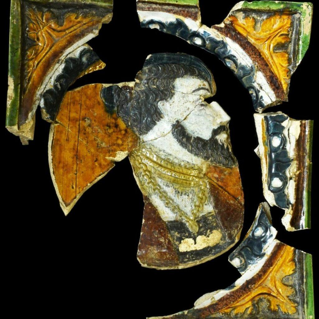 Polychrome Ofenkachel mit Herrscherporträt (© Landesamt für Denkmalpflege und Archäologie Sachsen-Anhalt, Vera Keil)