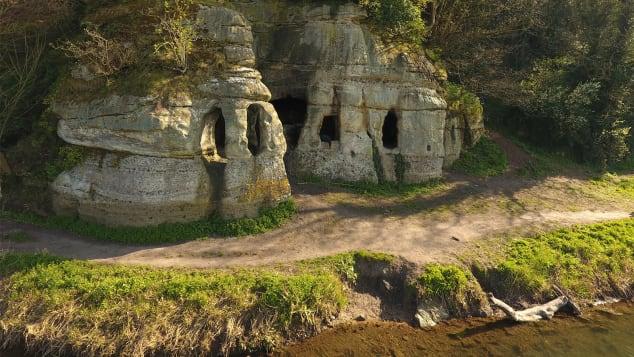 Die Höhle wurde im 18. Jahrhundert umgebaut, wobei Mauerwerk und Fensterrahmen hinzugefügt wurden (Credit: Mark Horton/Royal Agricultural University)