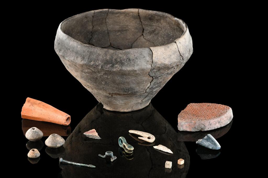 Fundstücke verschiedener Zeit aus Keramik, Knochen und Metall aus der Grabungsfläche am Bussen.