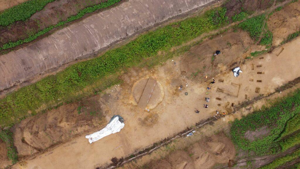 Drohnenfoto mit Brunnen und Teil des Hausgrundrisses.