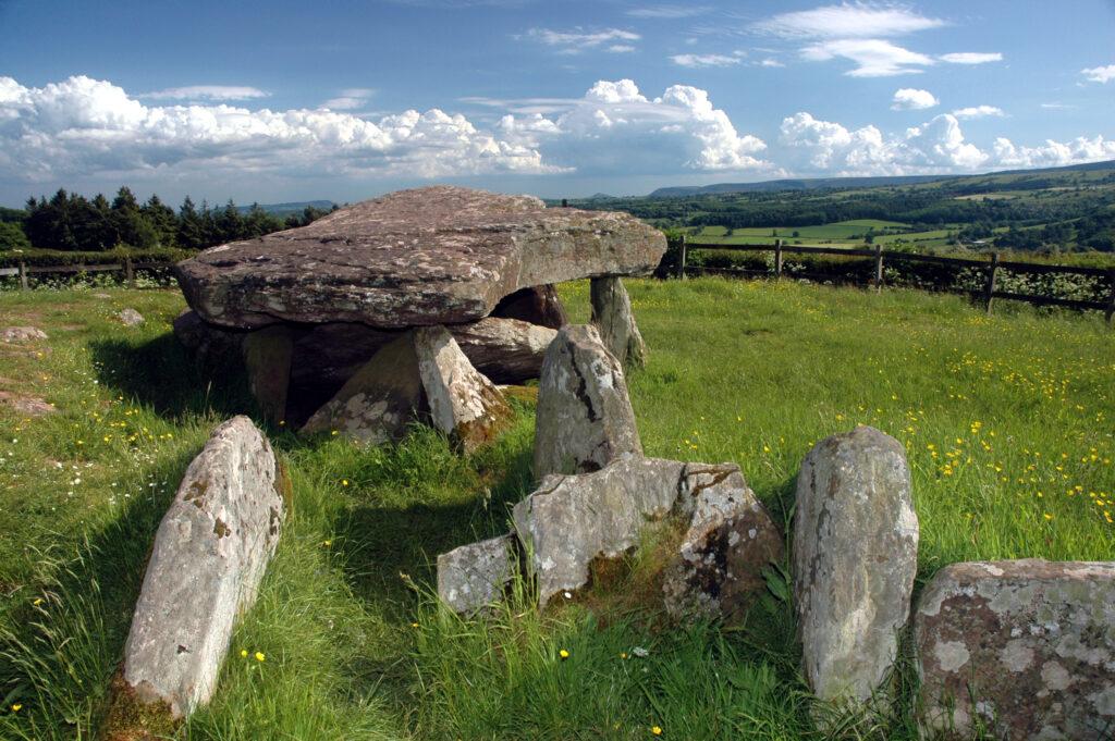 """Abbildung des bekannten Steinmonuments """"Arthur's Stone""""."""