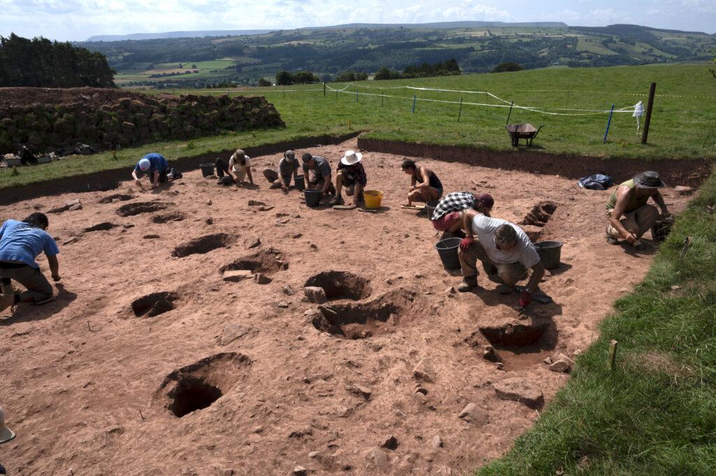 Die Archäologinnen und Archäologen gruben südlich der Grabkammer