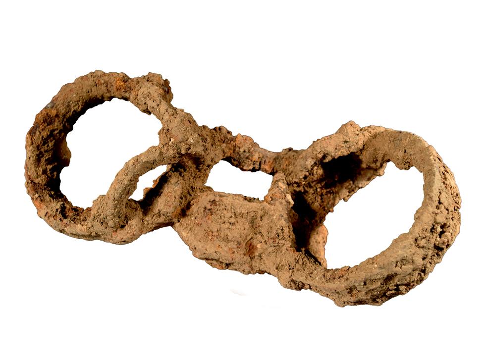 Abbildung der römischen Grabfesseln, die am Skelett der Begrabenen gefunden wurden.
