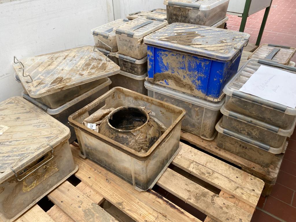 Angelieferte Objekte aus dem Depot des Stadtmuseums Ahrweiler werden im Museum für Antike Schifffahrt des Römisch-Germanischen Zentralmuseums gesäubert, Konservierungswerkstatt Holz.