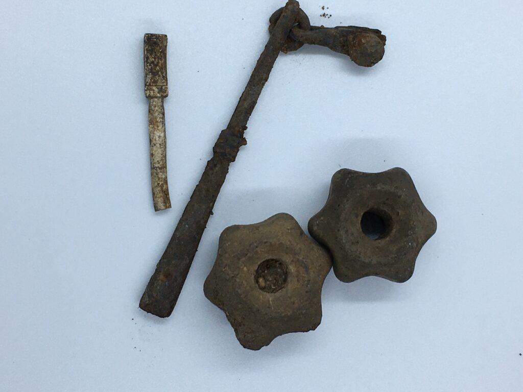 Einige Funde aus dem Grabhügel, darunter zwei Spinnwirteln