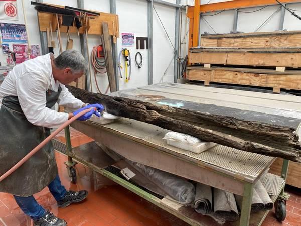 Reinigung der Holzrohre einer mittelalterlichen Wasserleitung aus dem havarierten Stadtmuseum Ahrweiler durch die Restauratoren des RGZM im Museum für Antike Schifffahrt, Konservierungswerkstatt Holz
