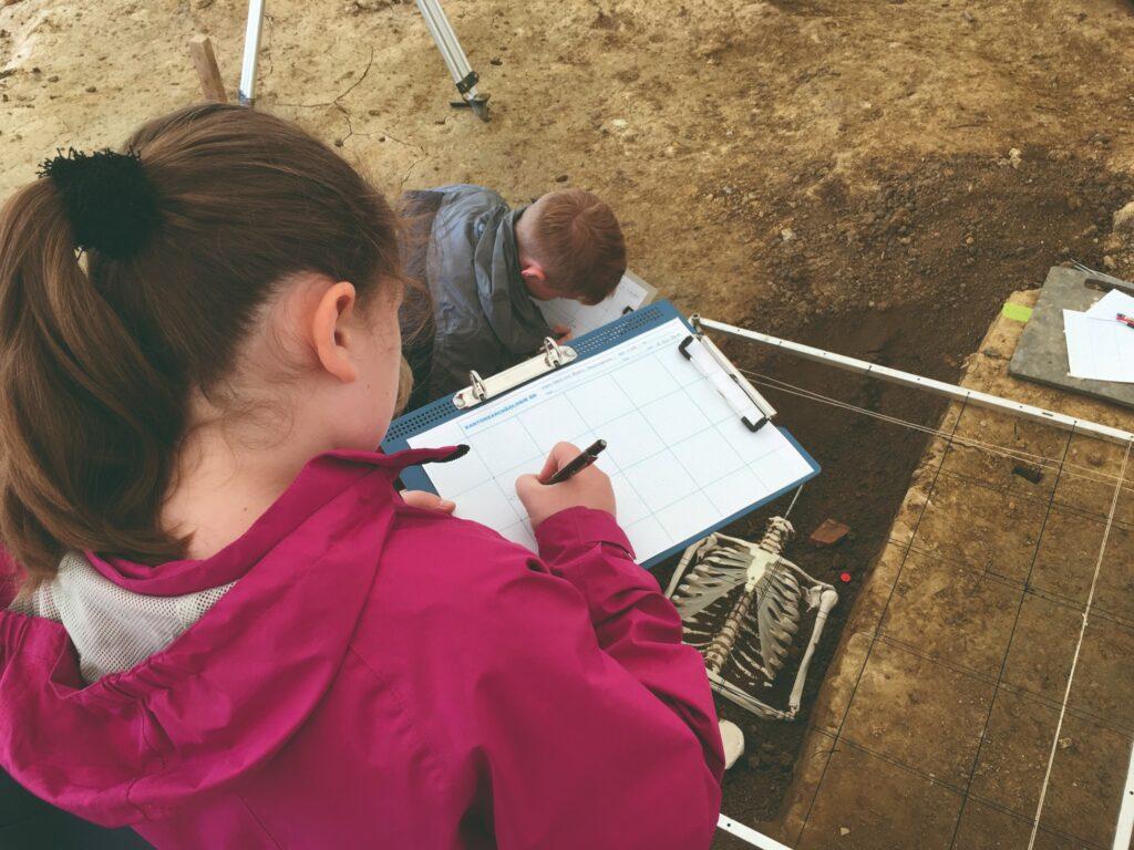 Kinder betätigen sich archäologisch