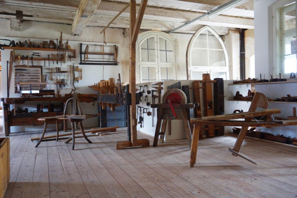 Sammlung historischer Holzwerkzeuge in der Ausstellung im Bauarchiv Thierhaupten