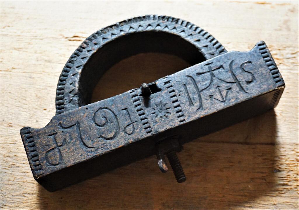 Eines der historischen Holzwerkzeuge mit Initialien auf dem Grundhobel
