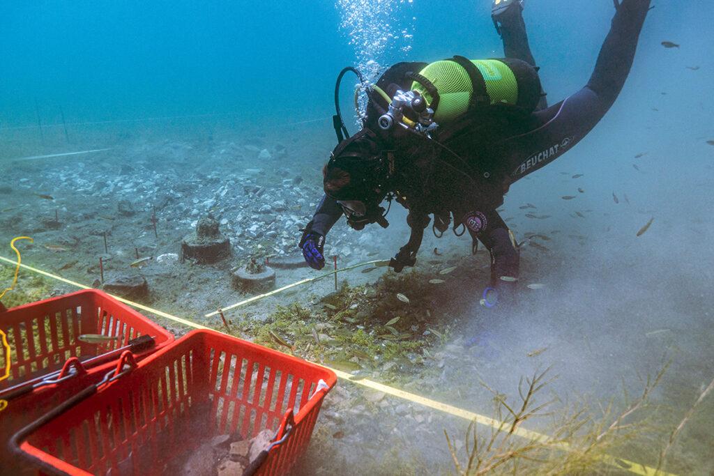 Ausgrabungssituation unter Wasser bei Ploča Mičov, Ohridsee, Nordmazedonien. Auf der Suche nach den ältesten Bauern Europas.