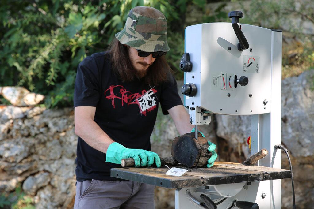 Sägen einer Holzprobe mit Bandsäge.