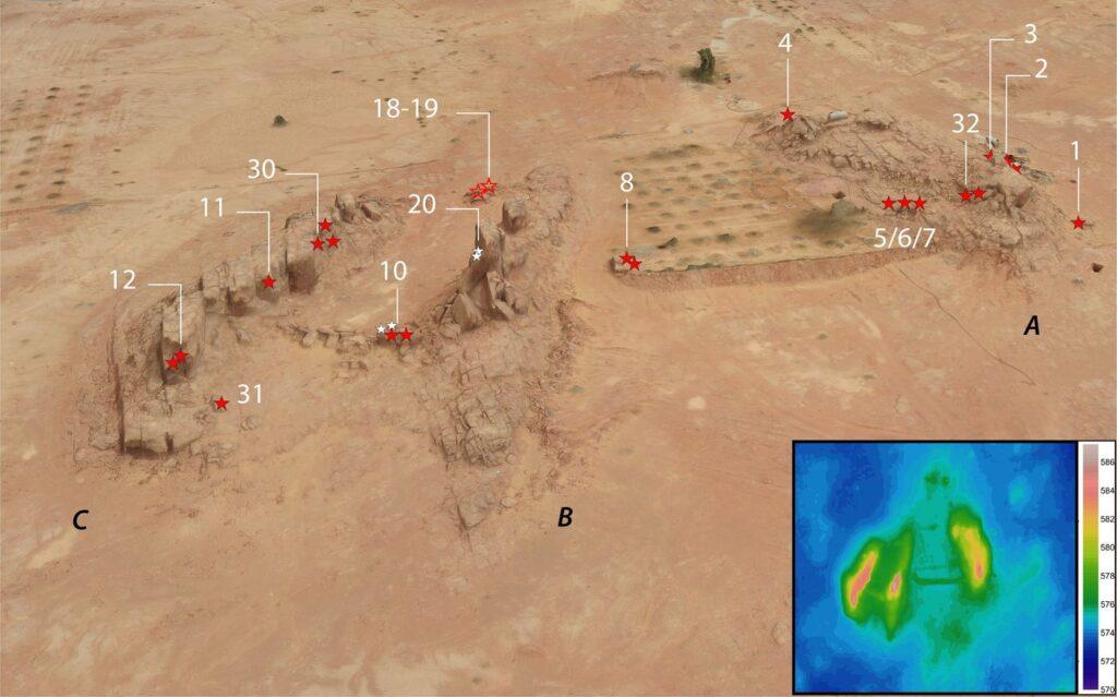 Schrägansicht eines 3D-Modells der Stätte, von Nordwesten aus gesehen, welches die Position aller großen Reliefs (rote…(rote Sterne), kleinen Reliefs (weiße Sterne) und großen Fragmente (Sterne mit roter Umrandung) zeigt.
