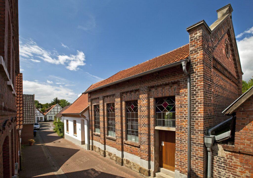 Synagoge Petershagen mit Südfassade und Ostgiebel. Die jüdische Schule schließt sich links an.