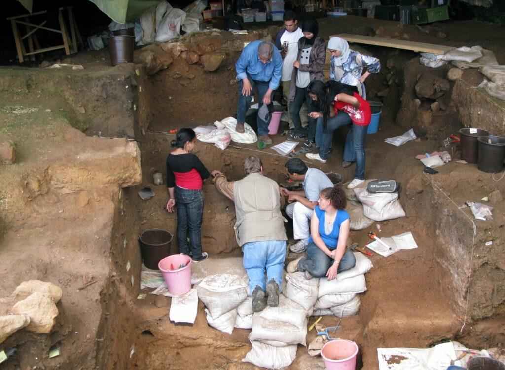 Ausgrabungen in der Contrebandiers-Höhle, Marokko.