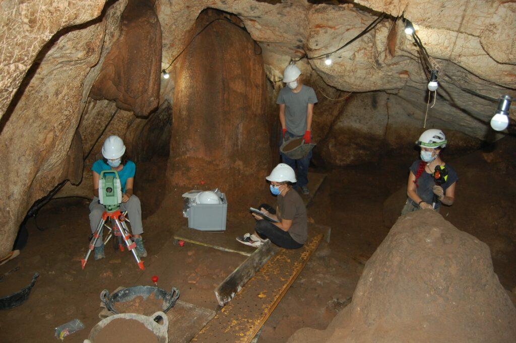 "Die Arbeiten in der Höhle ""Cova del Randero"" in Alicante."