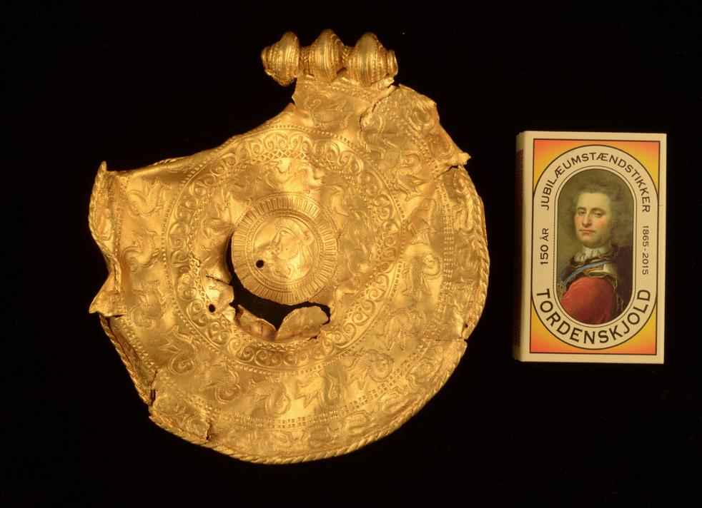 Eines der zu Schmuckstücken verarbeiteten Goldstücke des Vindelev-Schatzes, gefunden nahe der Wikingerstadt Jelling.