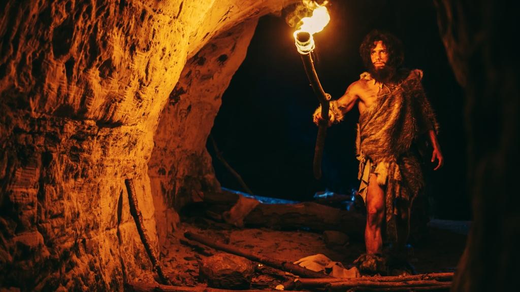 Die Darstellung eines Neandertalers. In einer Höhle wie dieser Hier wird die Vogeljagd nachgestellt.
