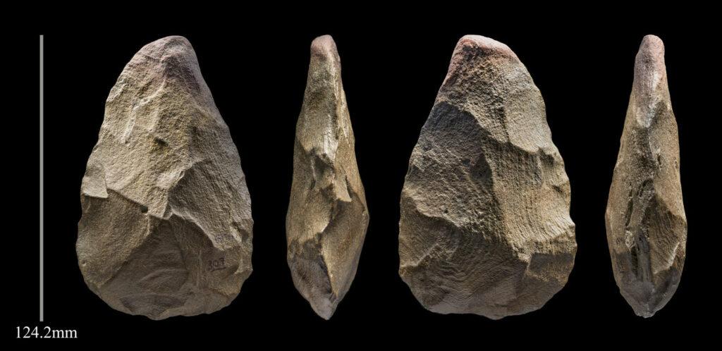 """Ein 400,000 Jahre altes """"Handaxt"""" -Steinwerkzeug von Khall Amayshan 4. mit Maßstab."""