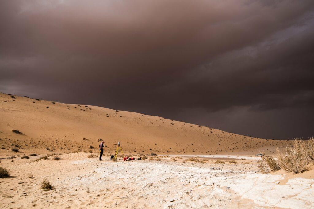 Ein Sturm zieht über der archäologischen Ausgrabungsstätte auf, wo sich Überreste des vormaligen Sees im nördlichen Saudi-Arabien fanden