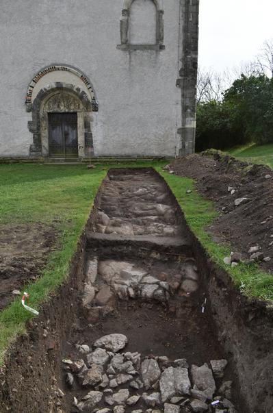 Landsberg: Blick von den mutmaßlichen Fundamenten des Palas in Richtung Kapelle. Ein hochliegender Übergang bildete vermutlich einen direkten Zugang von den Gemächern des Herrschers in die Kapelle -